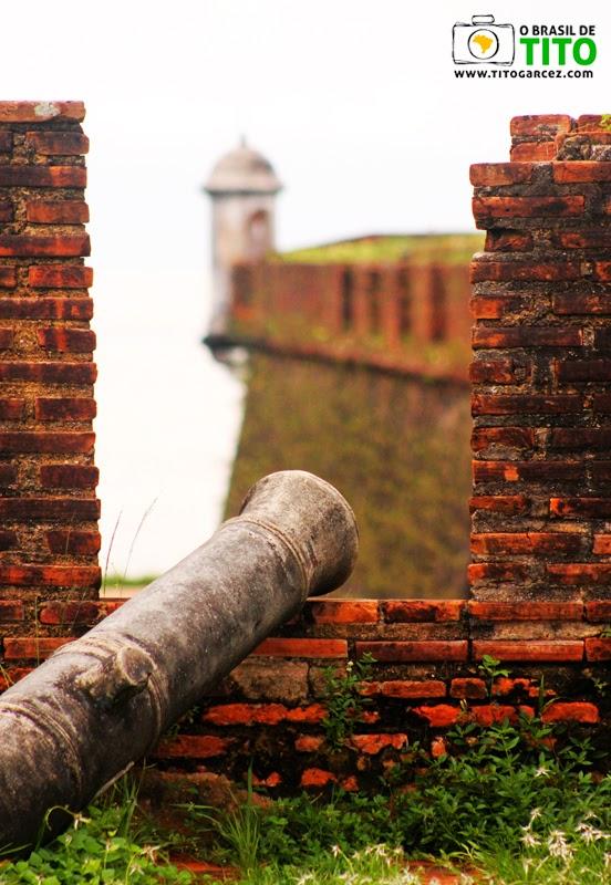 Canhão e guarita de baluarte da  Fortaleza de São José de Macapá, no Amapá