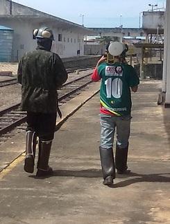 trabalhadores caminhando