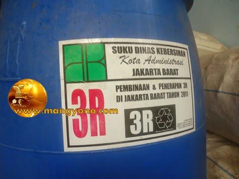 Tong atau drum plastik untuk pembuatan pupuk organik dari Suku Dinas Kebersihan Jakarta Barat.