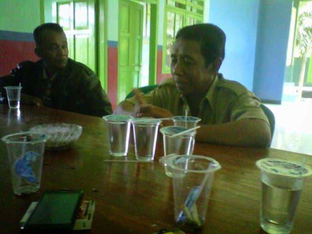 kepala desa dekatagung saat menerima salah satu warganya yang mengeluhkan status kepemilikan tanah keluarganya