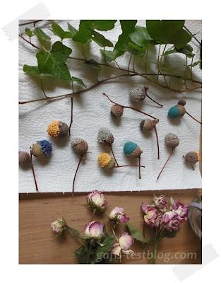 Eicheln mit Dekosand und Pflanzen