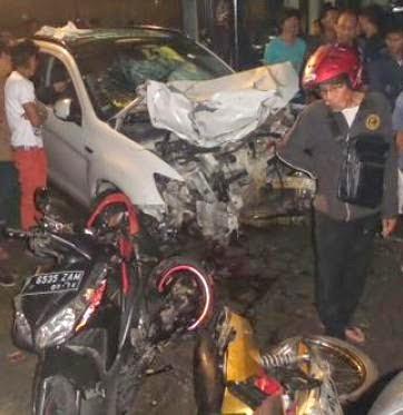 Kronologis kejadian kecelakaan beruntun Mobil Mitsubishi Out Lender Putih di Jl Arteri Pondok Indah Jakarta Selatan Selasa 20 Januari 2015