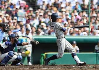 2回2死満塁、左越に2打席連続の本塁打を放つ敦賀気比・松本=甲子園球場(撮影・村本聡)(写真:サンケイスポーツ)