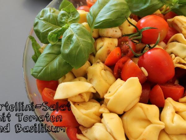 Tortellinisalat mit Tomaten und Basilikum