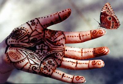 tatuaje-y-mariposa-en-la-mano-vivir-el-momento
