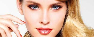 chica guapa maquillada para agrandar los ojos