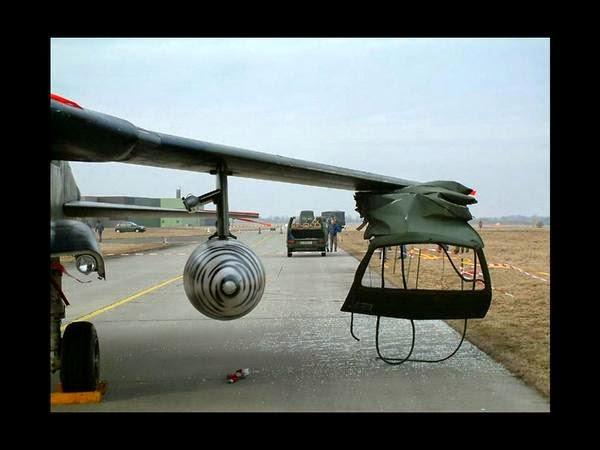 L'ala d'un avió s'en porta el sostre d'una furgoneta que passava per sota de l'ala.