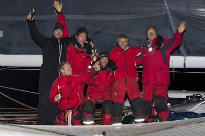 Francis Joyon et ses hommes à l'arrivée du Trophée Jules Verne à Brest.