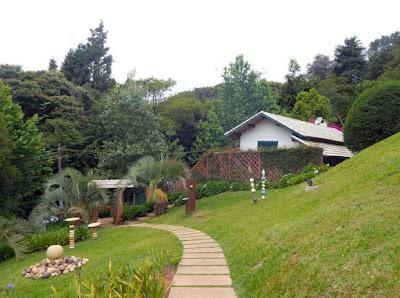 As casa não precisam ser grandes para causar uma boa impressão, quando cercadas pelo verde no clima montanhoso.