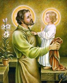 En la imagen San Jose sujeta al niño Jesus subido a su mesa de trabajo
