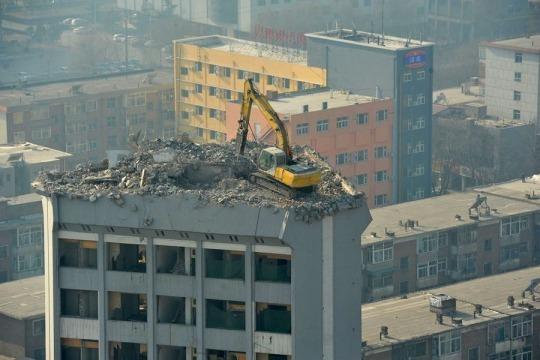 grúa en edificio