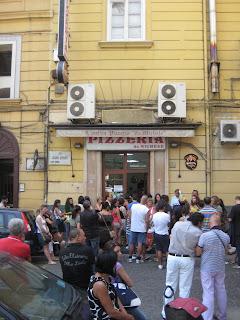 A crowd around the famous Pizzeria de Michele