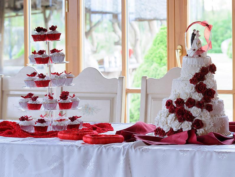 vestuvinis raudonai dekoruotas tortas