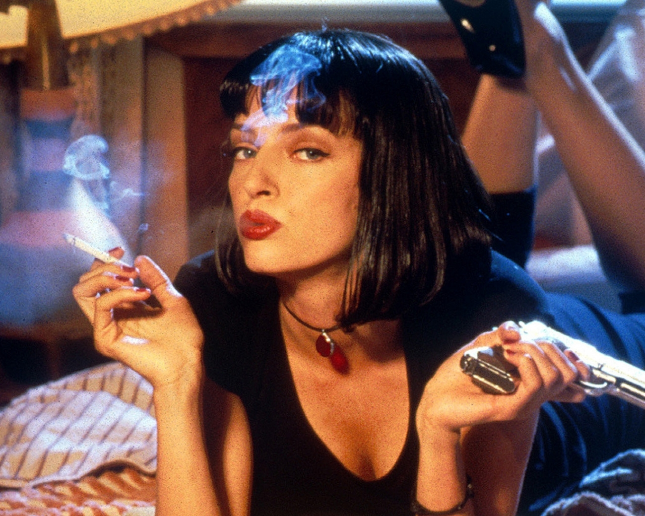 http://2.bp.blogspot.com/-7o2-ey9EWTw/UP2f4LFyO-I/AAAAAAAABSI/v7UEftU-kZM/s1600/pulp_fiction_girl_mia_wallace_uma_thurman_pistol_smoke_cigarette_3533_1280x1024+(1).jpg