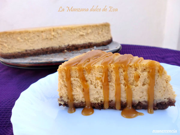 ración tarta queso con tarta al fondo