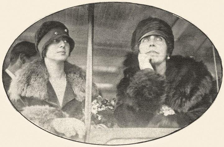 Regina Maria (dreapta) alaturi de Principesa Ileana, admirand maretul New York