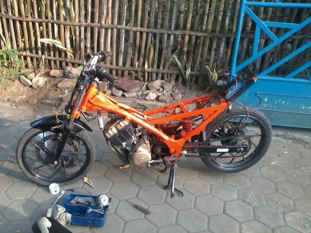 There is a collection of photographs Satria FU 150 CUSTOM DRAG ON