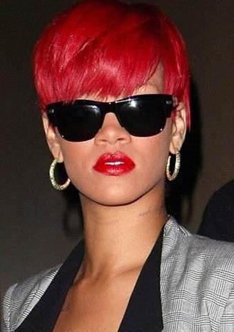 Rihanna nar kızılı kısa saçlarını öne tarayarak maskülen bir tarz elde etmiş vi cool görünümünü retro siyah gözlükleri ile tamamlamıştır.