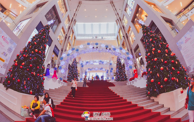 Pavilion KL Christmas Decoration 2013 Stairs to the central with Christmas trees