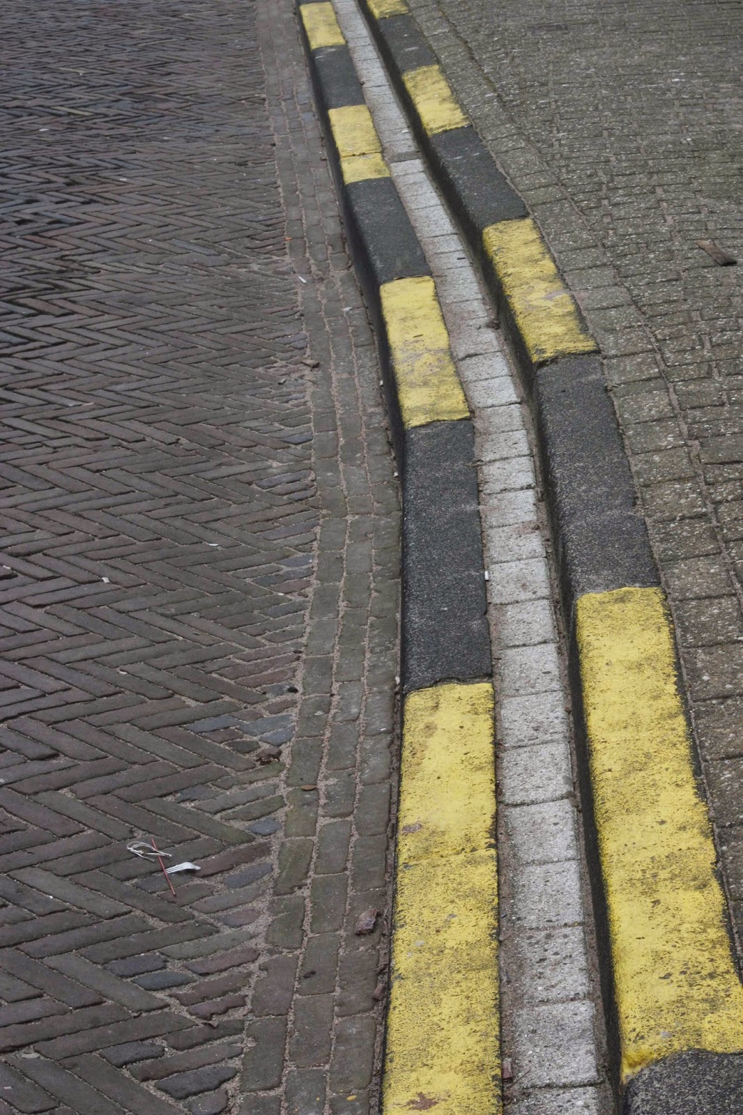 yellow street curb