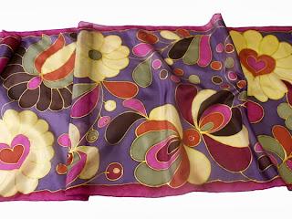 Karácsonyi ajándék nőknek: kézzel festett selyem sálak matyó motívumokkal.