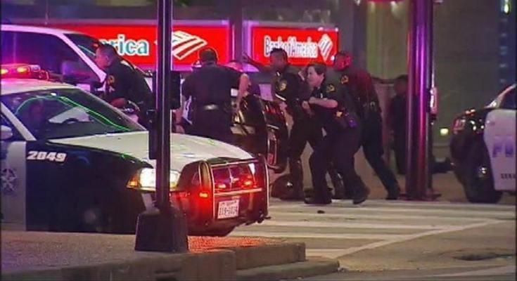 Ντάλας: Τέσσερις αστυνομικοί νεκροί από πυρά ελεύθερων σκοπευτών itemprop=