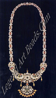 Traditionally worn by men on their wedding day, this necklace with diamonds, cabuchon rubies and emeralds closed-set in gold has no less than 536 diamonds. Few such ornaments survive today, partly because men no longer wear such ostentatious jewels, but more so because old pieces have been broken up and remade.