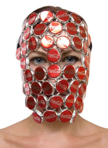 Barbora Bálková fotografia surreal máscaras Tampinhas de coca-cola