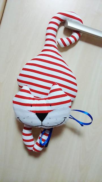 Kot klamkowiec w czerwono-białe paski