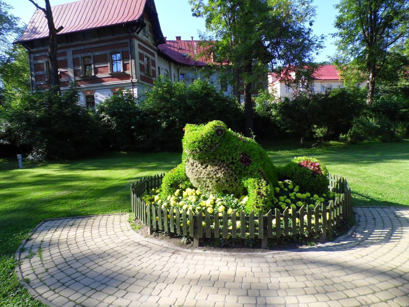 Figura żaby z kwiatów w mieście Krynica-Zdró