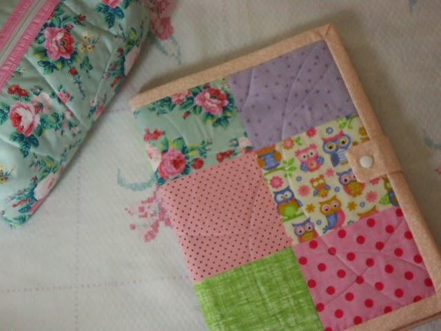 estojo e capa de caderno em tecido