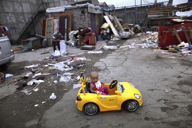 Bebê brincando no seu carrinho