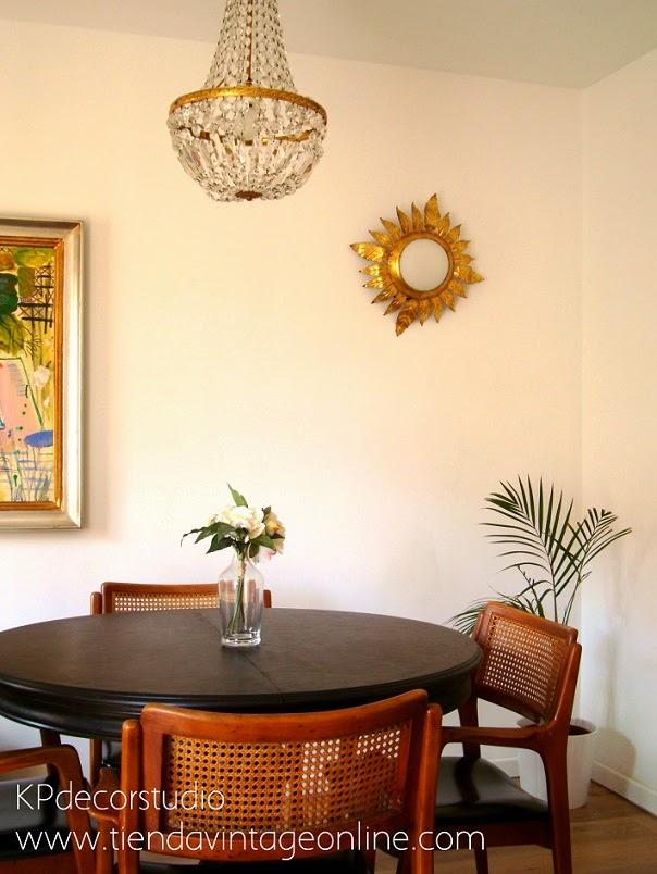 Apliques dorados tipo sol, sillas de ratán, muebles vintage de época en valencia.