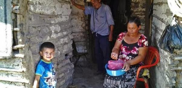 Hombre, Mujer, niño en una vivienda muy pobre