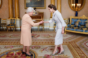 Angelina Jolie by Ralph & Russo. Nombrada Dama de Honor por la reina Isabel II.
