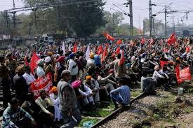 dharna of labour at railway track