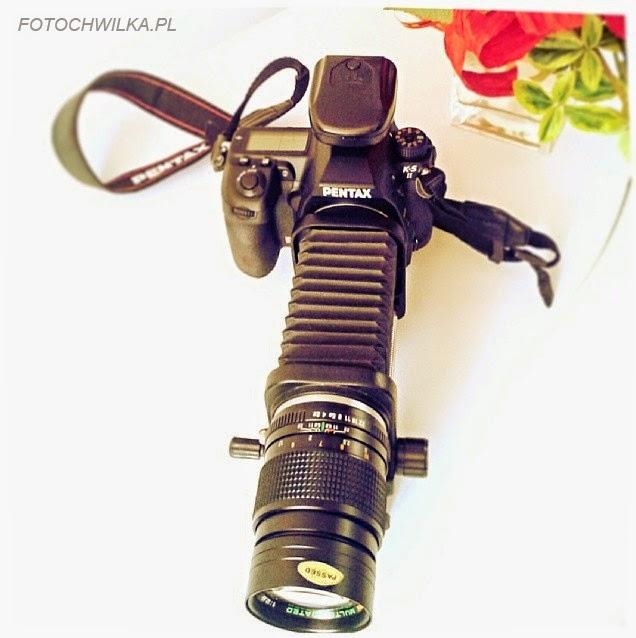Aparat Pentax k5II z obiektywem chinon 135 mm i mieszkiem do fotografii makro.