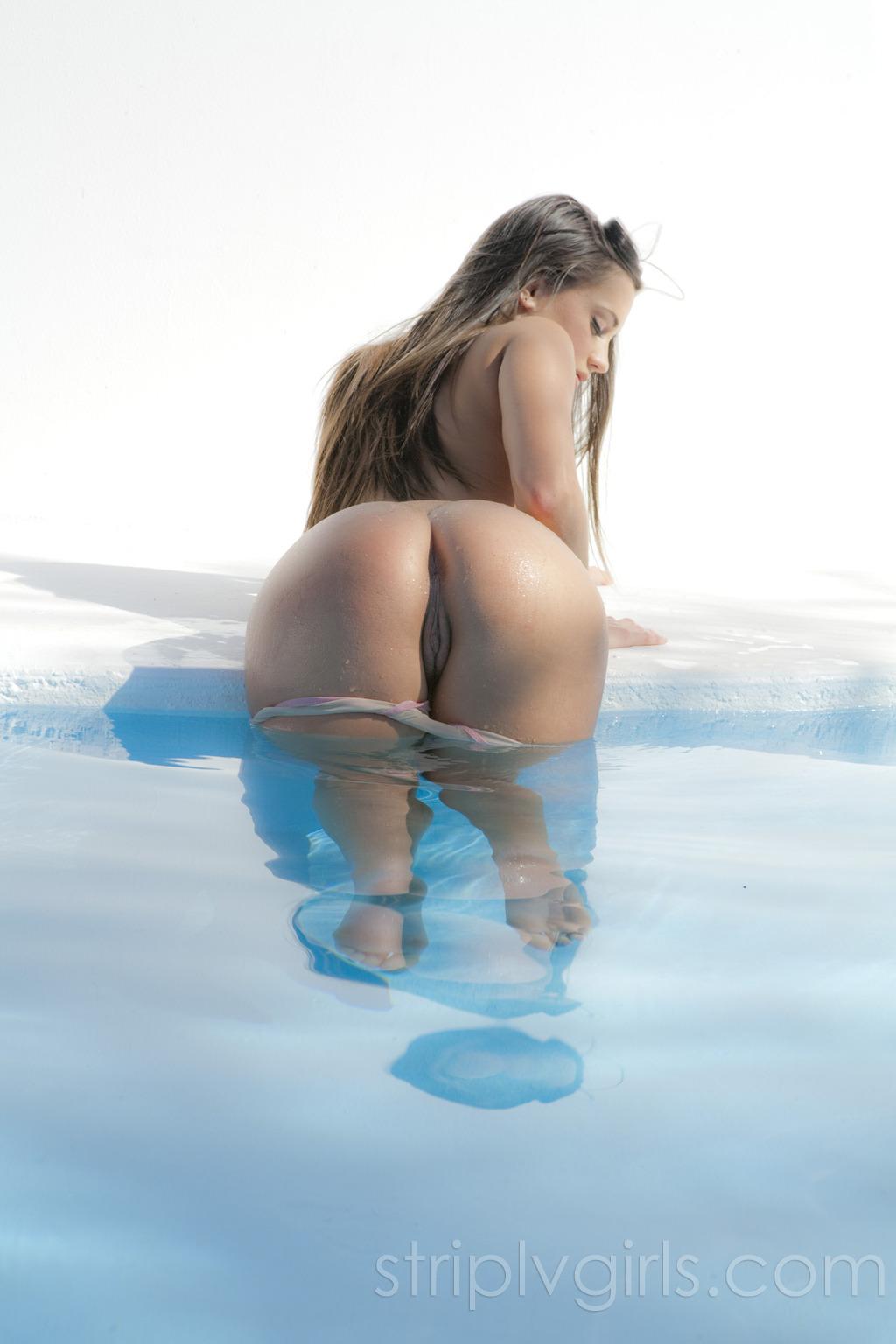 Morena Gostosa Tomando Banho De Piscina Pelada Mostrando Seus