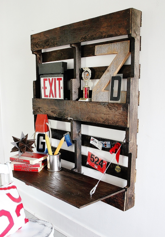 Wall mounted pallet desk - by Thistlewood Farms, featured on I Love That Junk