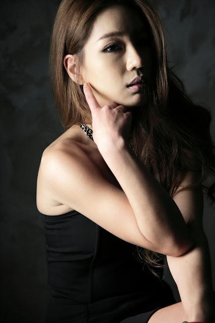 Park Si Hyun in strapless black mini dress