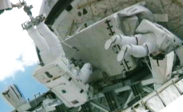 Atlantis – STS135 – Spacewalk on day 5. Astronauts secure the failed pump into Atlantis' cargo bay. NASA-TV 2011.