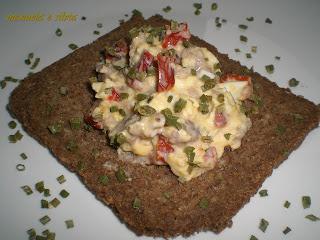 crostoni di pane di segale con uova strapazzate al salame e pomodori