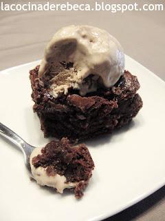 Brownie con dulce de leche y helado