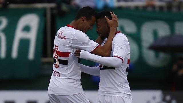 Com direito a golaço, São Paulo bate Chapecoense e dorme na liderança