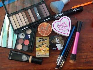 paletas de sombras y brochas de maquillaje