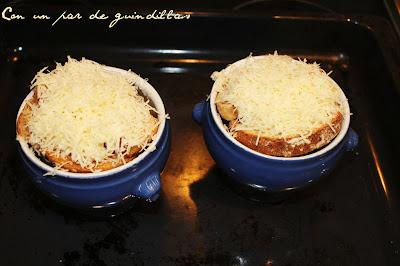 queso-rallado-cuencos-sopa-cebolla