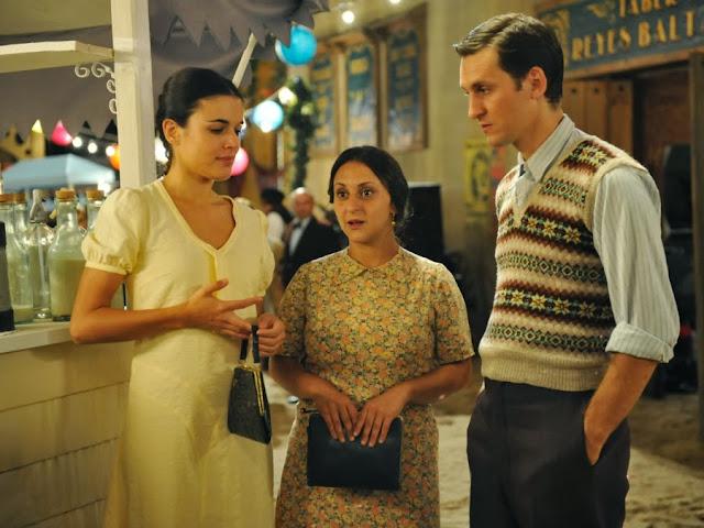 Sira Quiroga con vestido blanco en la verbena con Ignacio y Paquita. El tiempo entre costuras. Capítulo 1.