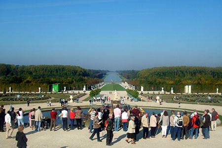 ベルサイユ宮殿の庭園. かなり広いです.
