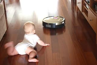 aspirador robot robomaid junto a bebe