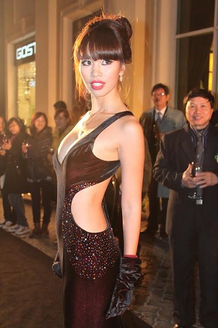 Đầm ôm dáng khoét eo, lưng và ngực giúp người đẹp khoe vẻ nóng bỏng trên sân khấu.